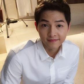 Mỹ nam Hàn chỉ cần mặc áo sơ mi trắng đơn giản là đủ khiến fan đứng ngồi khôngyên