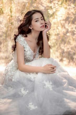 Chi Pu diện váy cưới xuyên thấu gợicảm