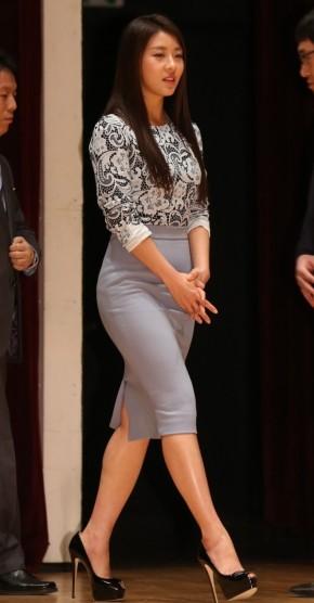 Mỹ nhân Hàn sành điệu với chân váy bútchì