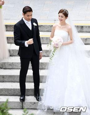 """Đám cưới Eric Mun và Na Hye Mi: Chú rể ân cần đưa cô dâu vào lễ đường, dàn phù rể """"quậy"""" hếtmình"""