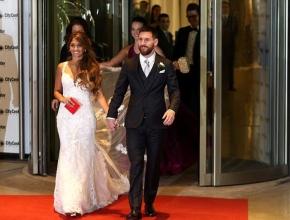 Messi âu yếm vợ trong ngàycưới